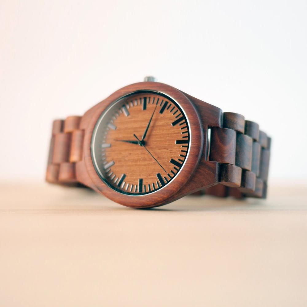 Личность Дизайн логотипа написать Сообщение Резные настроить черный сандалового дерева деревянные часы лазерной печати содержит часы под...