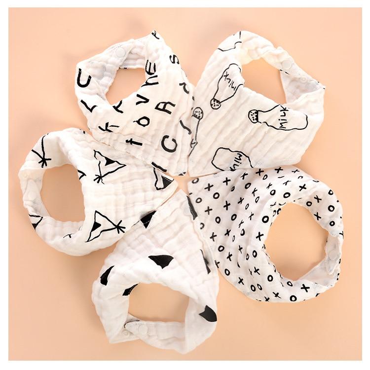 Babero del bebé de cuatro capas de gasa de algodón blanco y negro, dibujos animados de babero de impresión de los niños encaje triángulo agua remolque