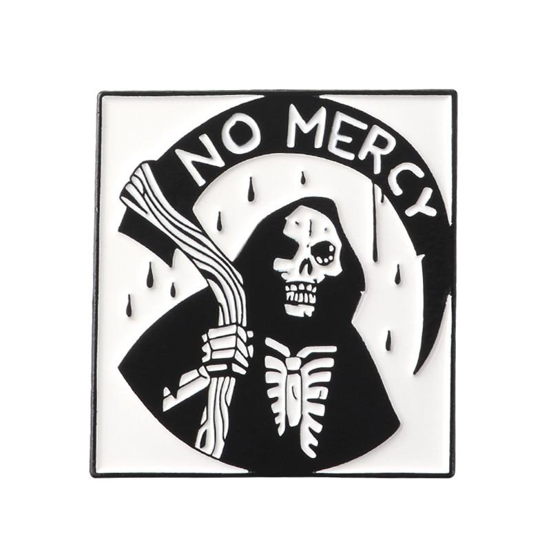 Broches de muerte oscura sin misericordia Hell Sickle esqueleto esmalte Pin negro Robe diablo cráneo Joyería de Halloween regalos niños insignia gótica