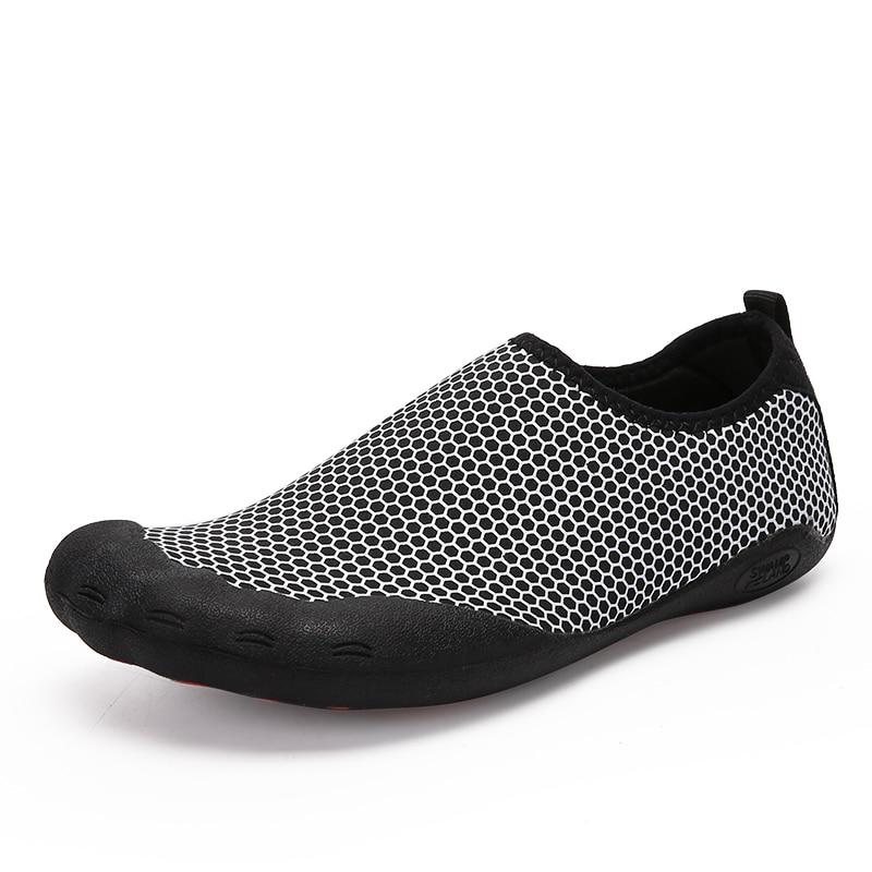 2019 Aqua zapatos de agua de verano para hombres, zapatillas de playa, zapatos ligeramente hacia arriba, sandalias de natación para adultos, calcetines de buceo Masculino
