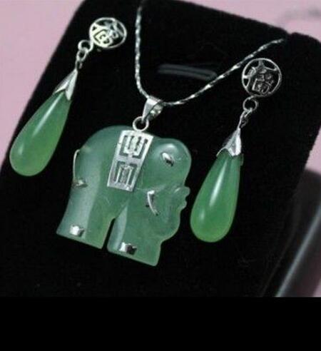 ¡Hermosa! Conjunto de pendientes con colgante de collar de joyería de elefante jadeita verde