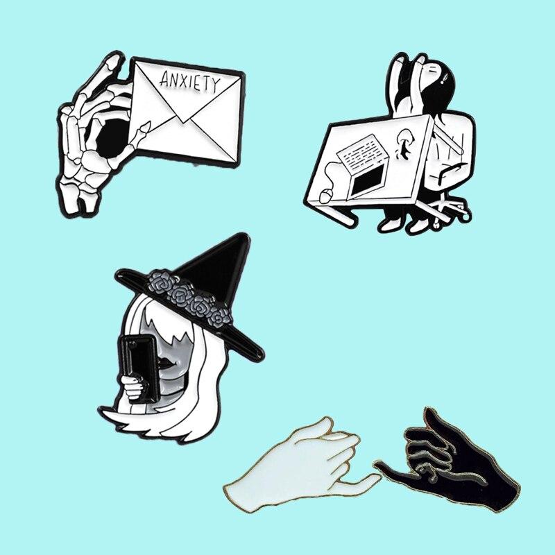 Clásico negro y blanco toma de mano sobre gancho de mano bruja loco vuelta serie de mesa insignia broche personalidad camisa joyería