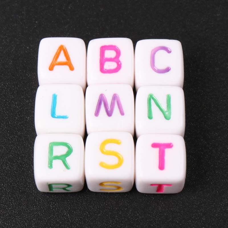 Letra del alfabeto acrílica colorida blanca de varios colores cuentas de cubo para fabricación de joyería DIY pulseras collar 10mm 50 Uds
