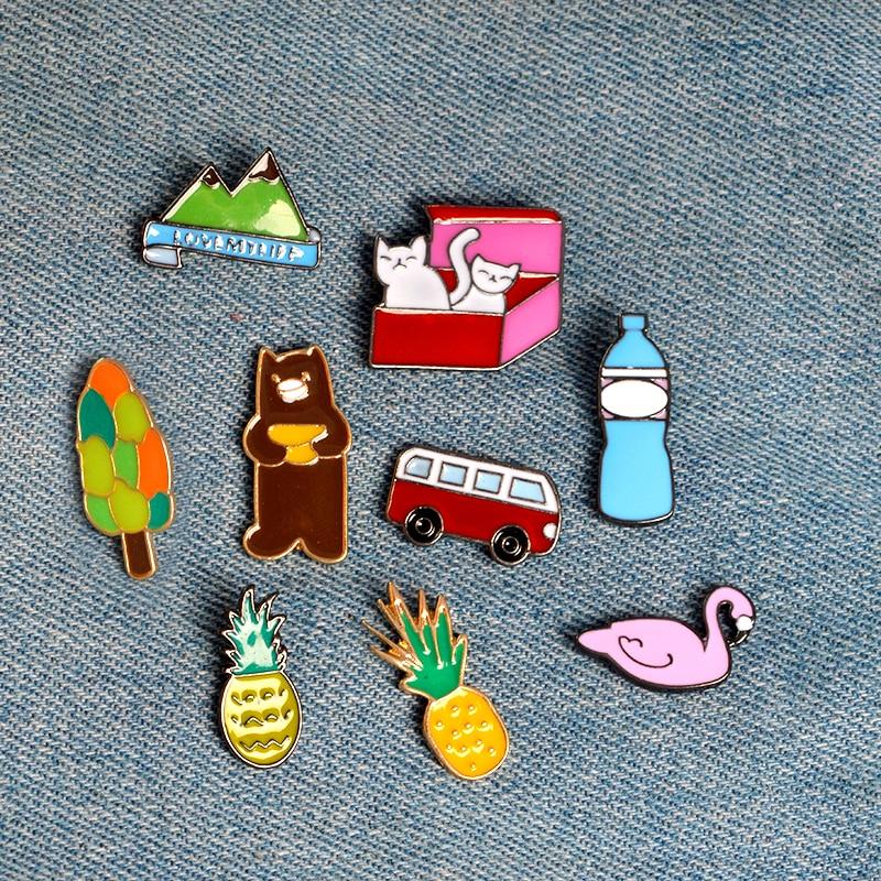 Moda Pin Esmalte Dos Desenhos Animados Garrafas de Água Mineral de Ônibus Carro Abacaxi Urso Swan Broche de Gatinho Gato Árvore Montanha Jaqueta Emblema Do Metal