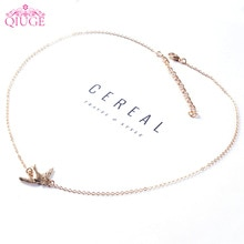 Qiuge Simple Style cuivre chaîne alliage hirondelle volant côté oiseau pendentif couleur or collier ras du cou femmes filles Simple bijoux