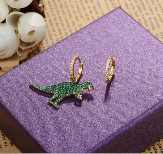 Conception de mode européenne élégant animal pave vert cubique zircone haute qualité femmes inégale Huggie or couleur boucle doreille