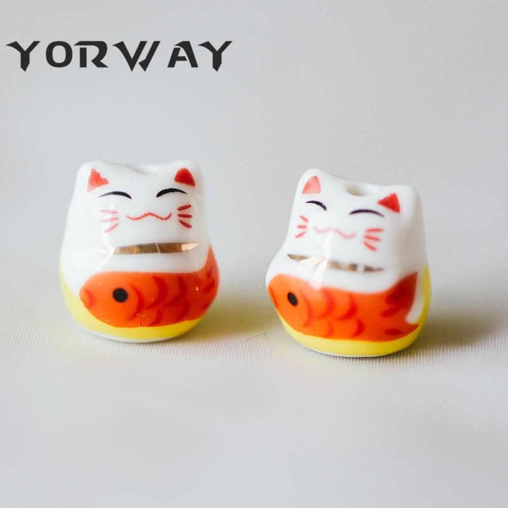 10 unids/lote porcelana gato de la suerte 15mm hecho a mano de cerámica Maneki Neko perforados a través de gatos Kawaii con peces (80155)