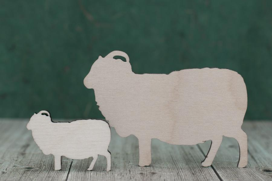 Drewniane owce-drewniany sklejki, drewniane ażurowe kształt, prezent tag ornament, wielkanoc, etykieta ozdoba