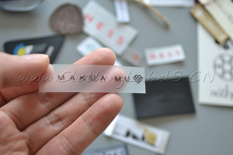 Etiquetas impresas de TPU personalizadas para ropa, fondo blanco con impresión como diseño de logotipo, 1,5x6 cm
