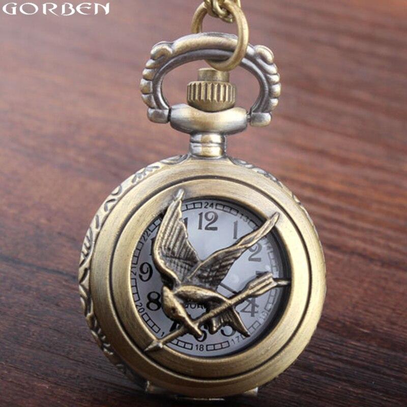 Reloj de bolsillo de tamaño pequeño de los juegos del hambre, nuevo reloj de bolsillo de cuarzo hueco de bronce retro a la moda, cadena de esqueleto y pájaro