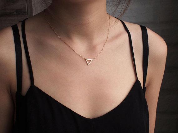 Pequeño colgante de triángulos huecos collar geométrico triángulo, collar de hexágono polígono simple geometría forma de V matemáticas collar