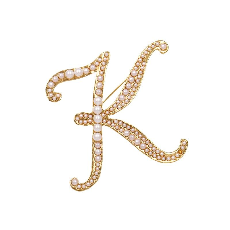 Las mujeres alfabeto broches de aleación de inglés carta K broche de perlas de imitación pines hembra accesorios de ropa, de joyería