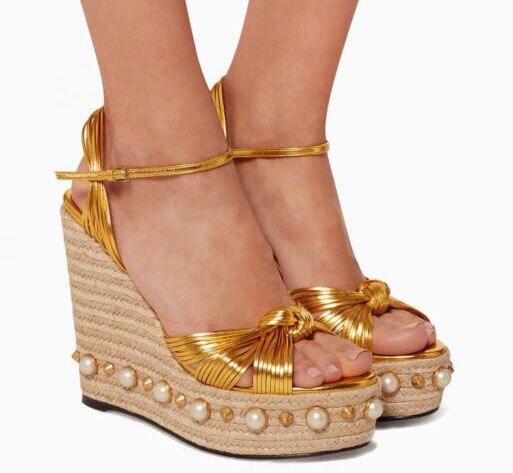 ¡Novedad de 2019! Lujosas sandalias de plataforma con cuña trenzada de paja y perlas, zapatos de tacón alto de piel con tiras doradas y Punta abierta para mujer, zapatos de fiesta