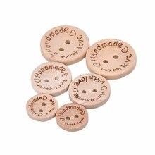 Barato botones hechos a mano con amor 2 agujeros albúm de recortes de costura Botón de madera Natural 25mm 20mm 15mm 100 unids/pack