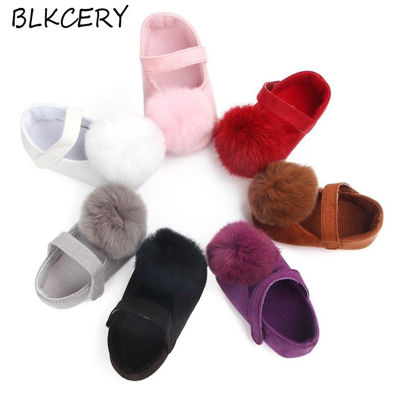 Zapatos de bebé recién nacido niño niña recién nacido princesa suave pelo bonito Pom zapatos de fiesta infantil para Caminar 1 año de edad zapatos de cuna