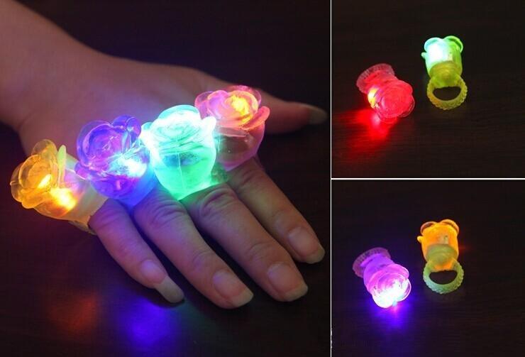 Rosa juguetes con luz LED luz intermitente de flor de Rosa de elástico anillo de dedo fiesta rave intermitente suave de dedos luces para fiesta Disco