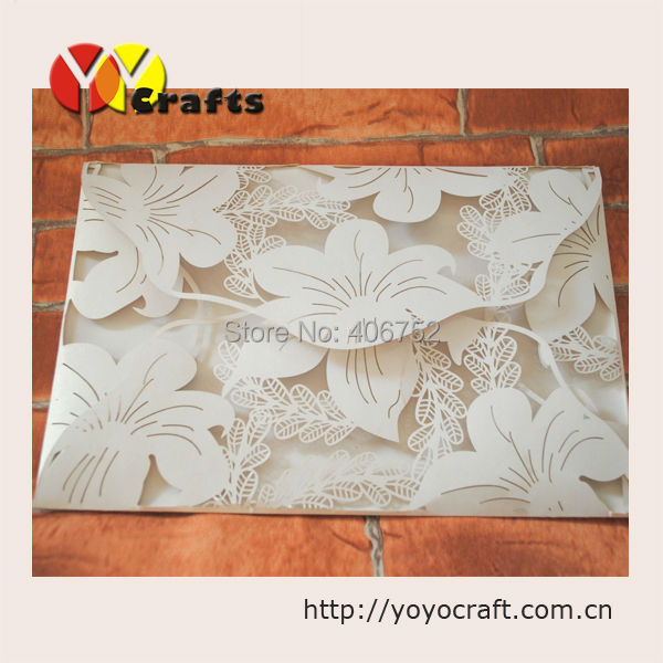 Popular amor 4 pliegues corte láser encaje marfil tarjetas de invitación de boda en artesanías artificiales
