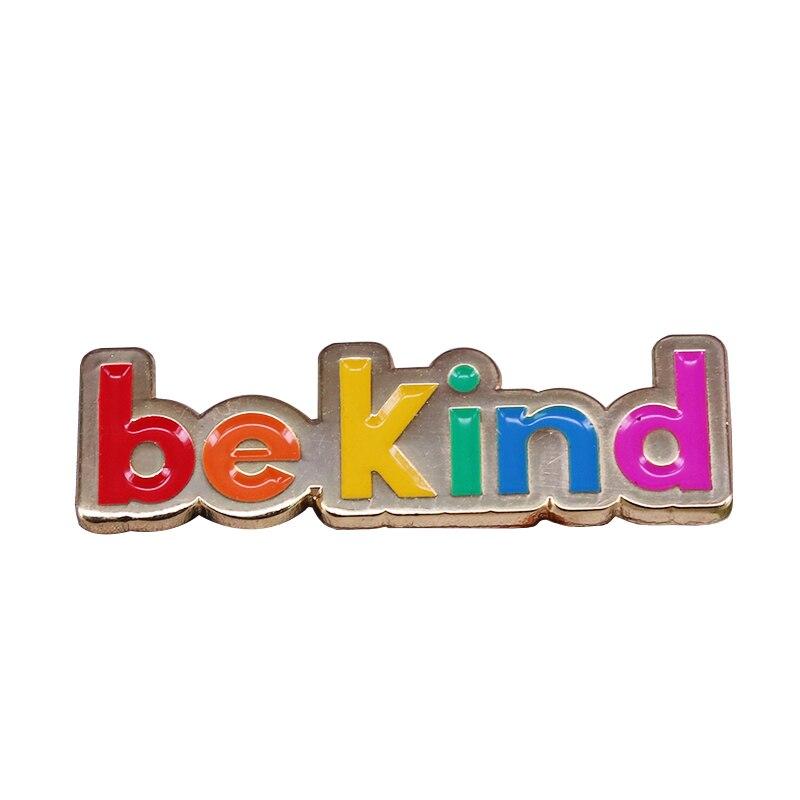 Accesorio de bolsos de alfabeto de estilo moderno Pin de arco iris motivacional insignia Be Kind