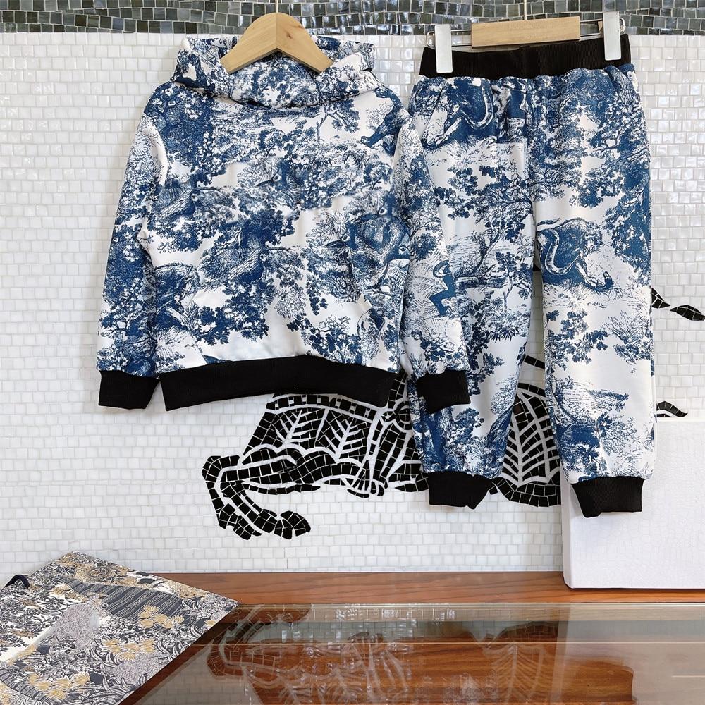 ملابس أطفال متفجرة 2021 أوائل الخريف للأولاد بدلة معطف بقلنسوة ، نمط بريطاني عصري ، تصميم مطبوع على شكل غابة كلاسيكية