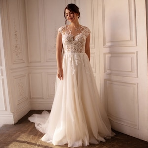 2021 Plus Size Wedding Dress Sexy Cap Sleeve O Neck Applique Lace A Line Tulle Lady's Bridal Gown Back Zipper with Button