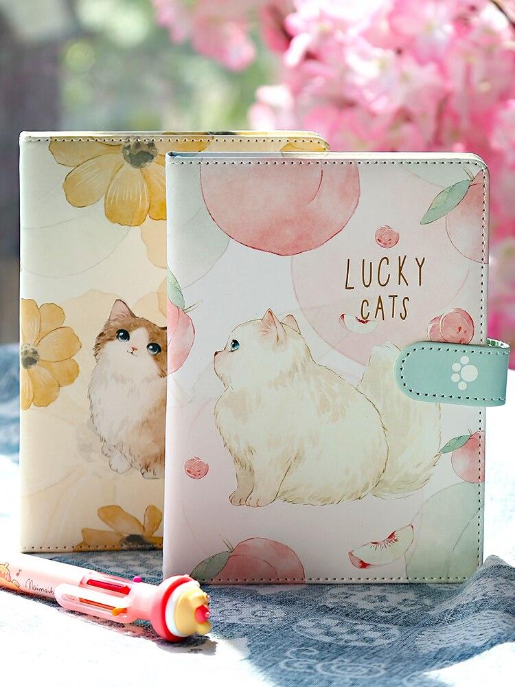 Блокнот с кошкой ноутбуки и журналы с поздравительной открыткой