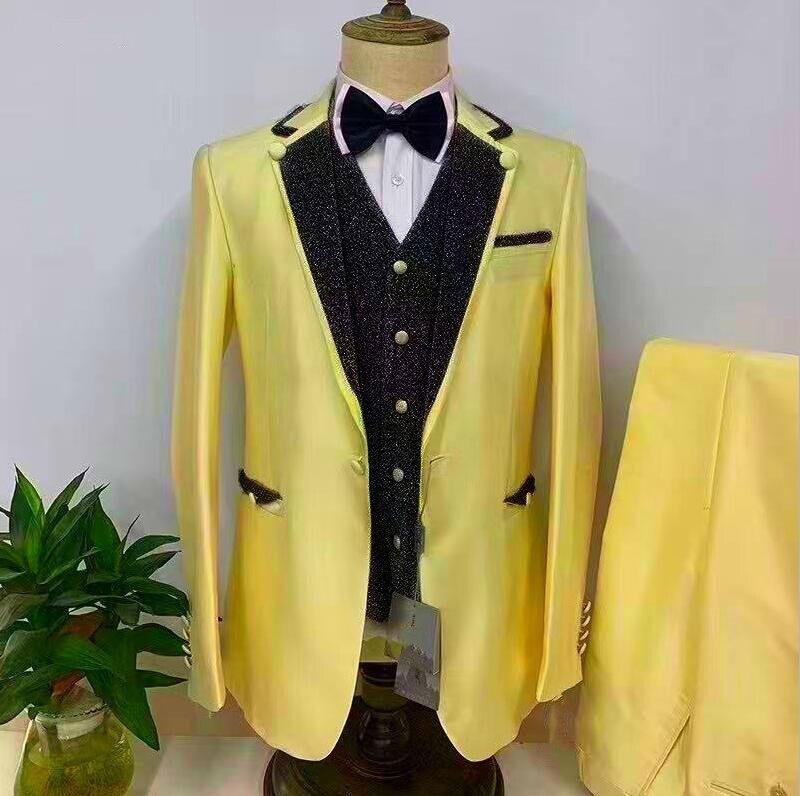 جديد أحدث تصميم كلاسيكي لامعة سوداء مع بدل زفاف أصفر للرجال سليم صالح البدلة العريس أفضل رجل حفلة سهرة 3 قطعة السترة