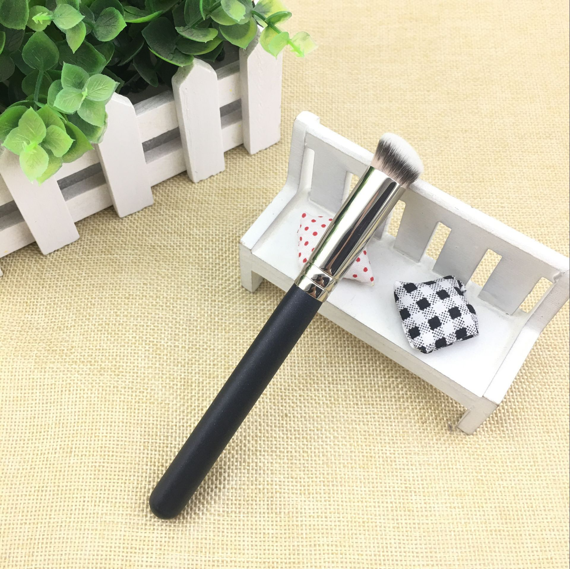 1 piece Angled Concealer Makeup brushes M270s Small partial Liquid Foundation Cream Make up brush Beauty Tools Cosmetics