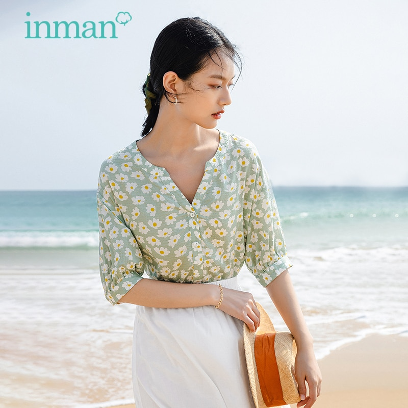 INMAN قميص نسائي صيفي أنيق رعوي مناسب لقضاء العطلات على شكل حرف v بأزرار ضيقة مطبوعة وبأكمام متوسطة بلوزة نسائية