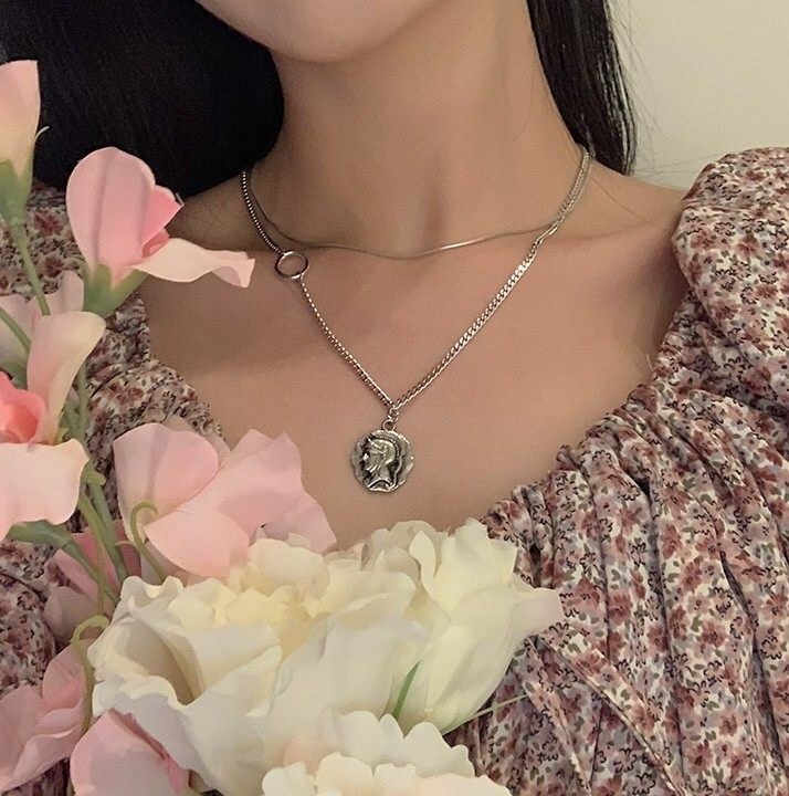 A Viariety of Wear Law! Portrait Coin Ring Stacked Necklace Multi-Layer Gentle French Choker Clavicle Chain