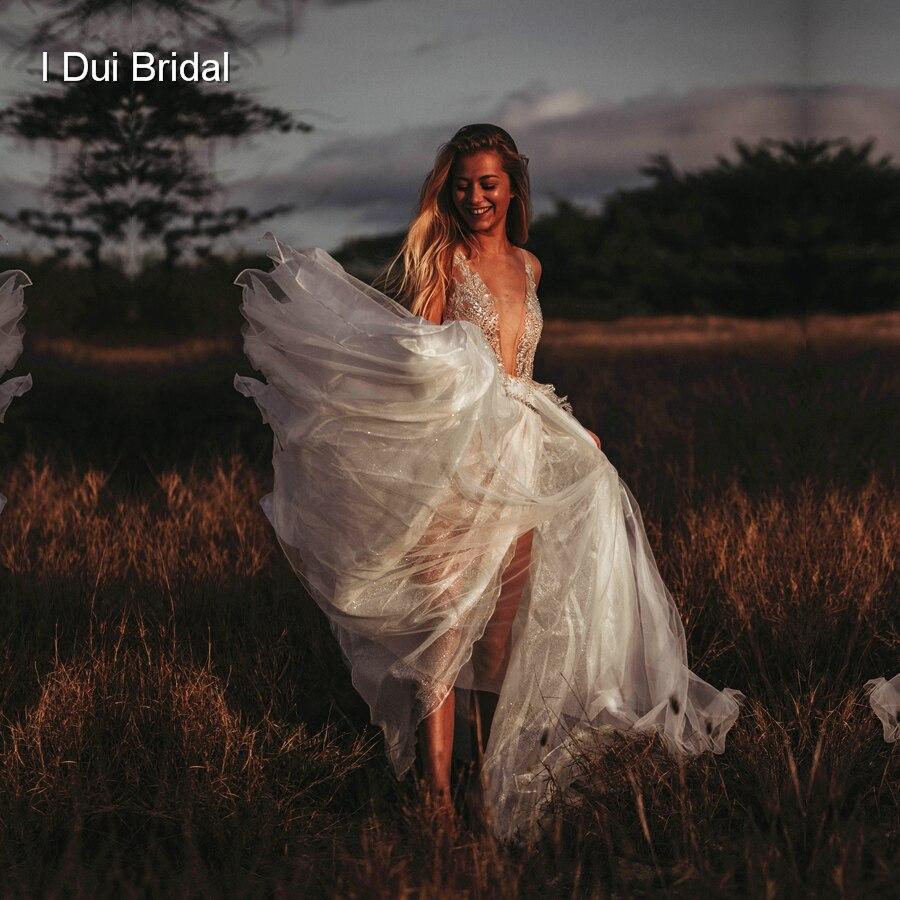 فستان زفاف تول لامع مع شق على الساق ، نمط بوهو ، خط رقبة V عميق ، فستان زفاف