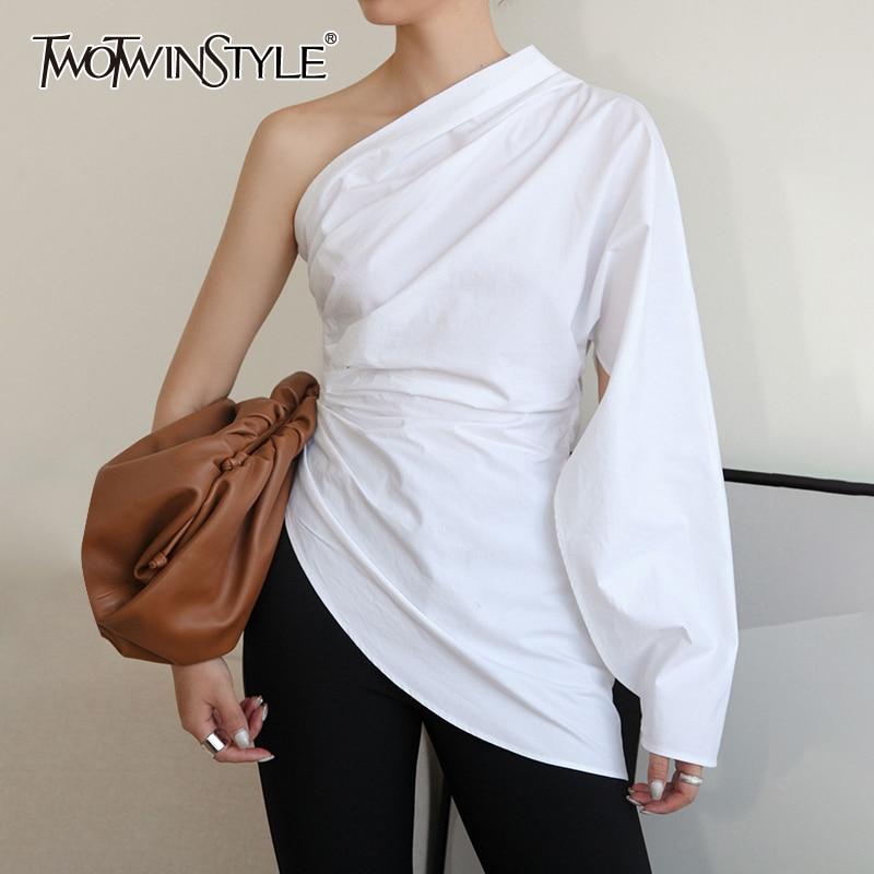 TWOTWINSTYLE الأبيض عادية تي شيرت للنساء انحراف طوق كم طويل واحد قبالة الكتف المرقعة غير النظامية هيم تي شيرت الإناث جديد