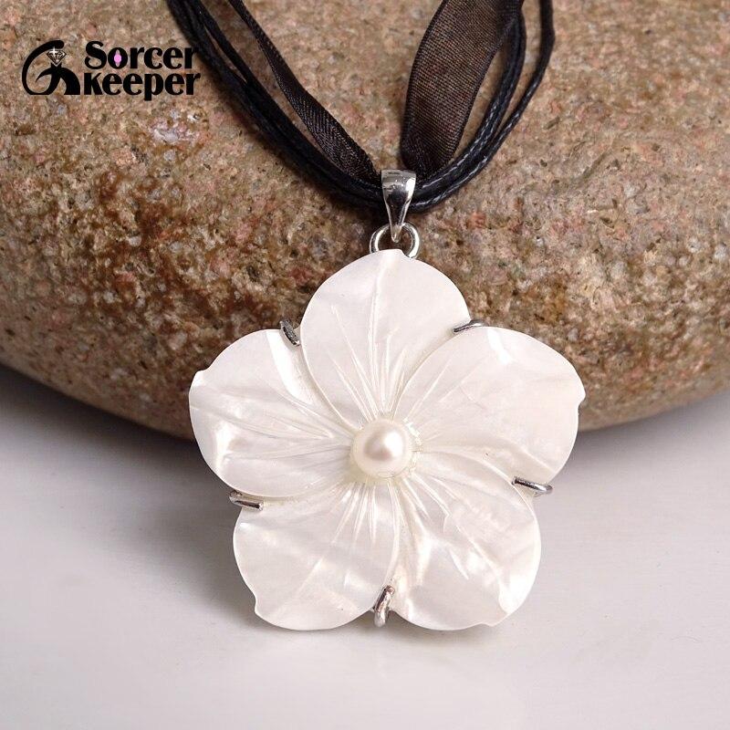 Moda de brujo Perla Negra Natural y concha de mar tallada a mano Flor de melocotón collares y colgantes para mujer joyería SKA02