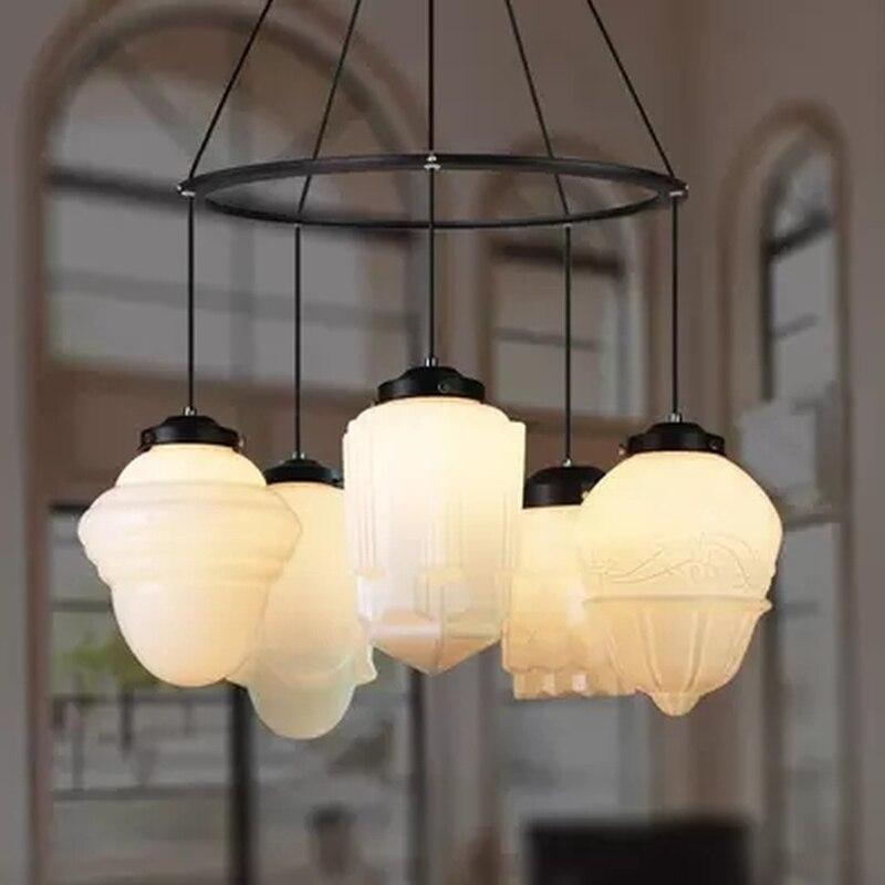 مصباح معلق من الزجاج الأبيض على طراز آرت ديكو ، تصميم عتيق ، إضاءة داخلية زخرفية ، مثالي لغرفة الطعام أو الفندق أو المطعم.