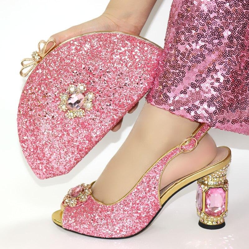 حذاء وحقيبة نسائية أنيقة على الطراز الإيطالي ، مجموعة الربيع ، كعب سترانج ، مقدمة مفتوحة ، مجموعة حقيبة وفستان سهرة