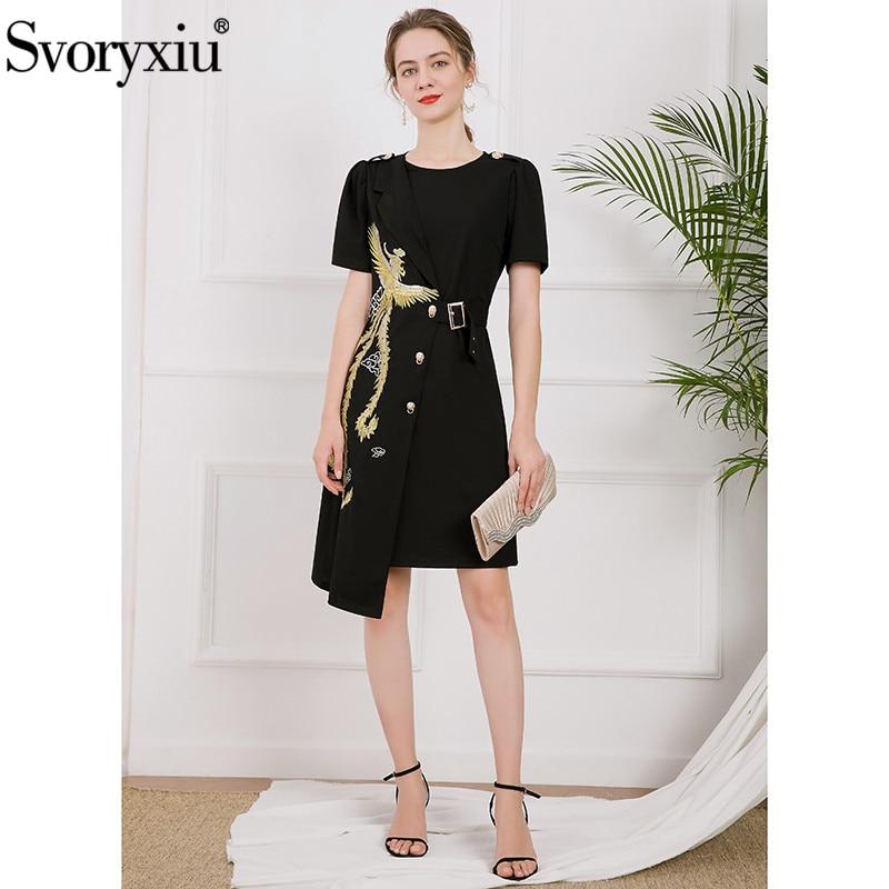 Svoryxiu العلامة التجارية مصمم الصيف امرأة سوداء بطول الركبة فستان س الرقبة فينيكس التطريز قصيرة الأكمام غير متناظرة ثوب أنيق