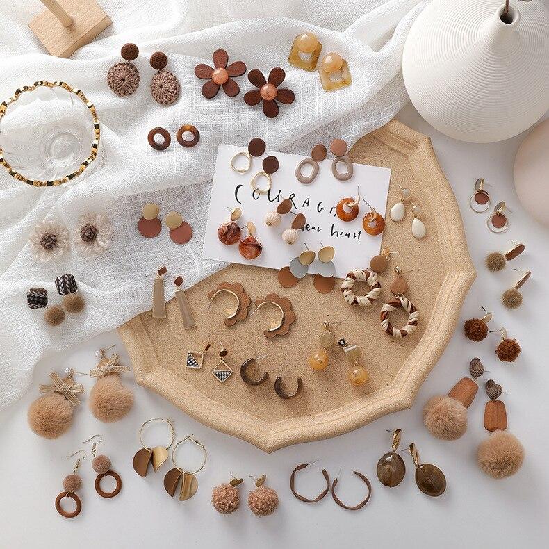 2019 Winter Neue Trendy Schmuck Braun Pom Pom Ball Drop Ohrringe Für Frauen Mode Bijoux Vintage Holz Quaste Pendientes