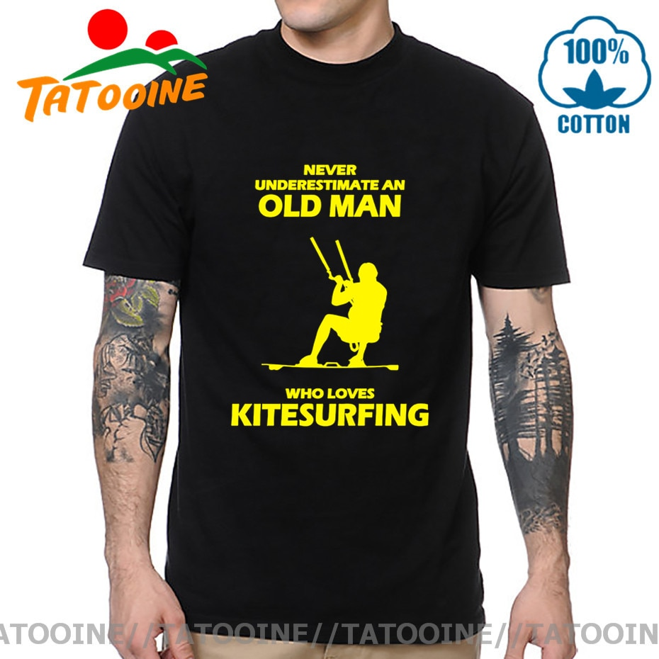 ТАТУИН никогда не недооценивает старика, который любит Kitesurfing T рубашка Born to Kite Tees Kiteboard Gift T-shirt Kitesurfer