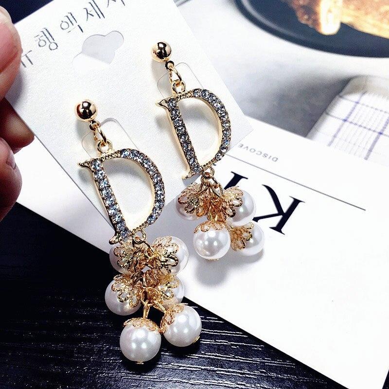 Novos brincos de borla moda famosa marca de luxo designers simulado pérolas carta longo charme balançar brincos brincos para mulher