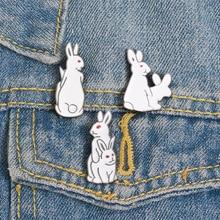 Broches drôles de lapin pour femmes, broches de lapin créatives drôles de dessin animé Simple lapin blanc bijoux broche en émail vestes en Denim Badge de col