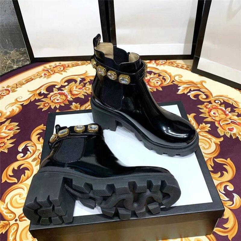 مصمم ماركة براءات الاختراع والجلود بلينغ كريستال تشيلسي الأحذية الفاخرة الذهب الأسود عالية الكعب منصة قصيرة أحذية حريمي برقبة 2020 جديد