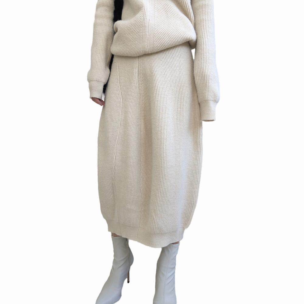 تنورة للمرأة, تنورة بطول منتصف الساق محاكة بتصميم شتوي
