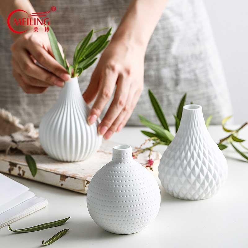 Florero de porcelana de cerámica blanca moderno para baño, oficina, mesa, decoración del hogar, relleno de jarrón geométrico pequeño hecho a mano