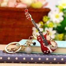 Llavero con encanto de guitarra, llavero de cristal musical, colgante de diamantes de imitación QLY9093
