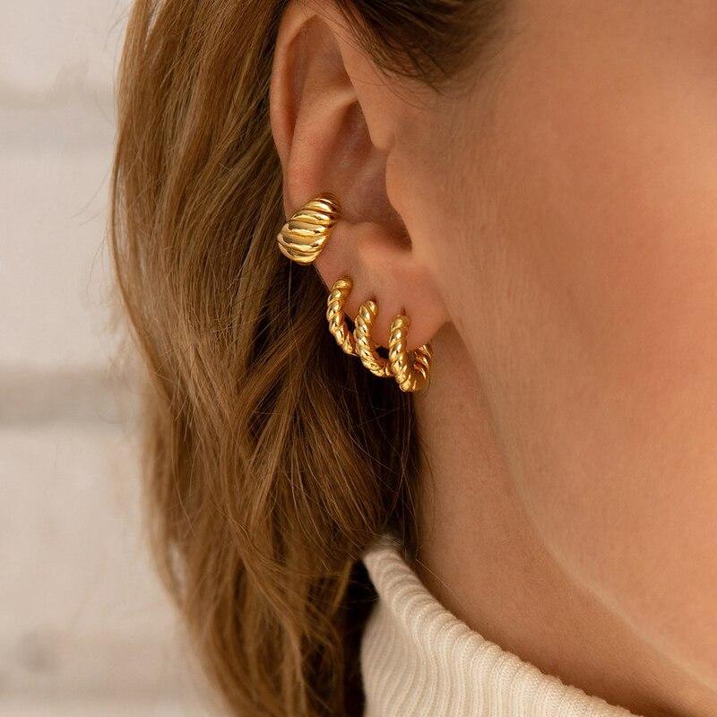 Minimalista torcido pequenos brincos de argola para as mulheres moda ouro cor metal círculo pequenos aros huggie orelha fivela jóias presente