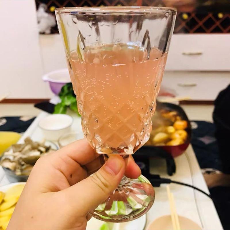 Copa de champán, copa de vino, decoración de restaurante, zumo, bebida fría, helado, cóctel, copas de cristal de colores