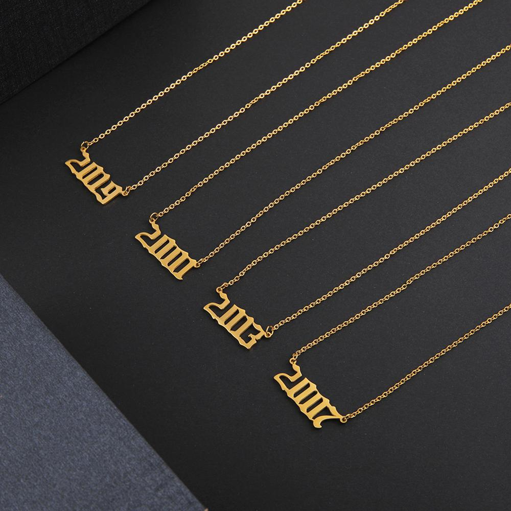 Sipuris personalizado colar de corrente de ouro personalizado de aço inoxidável colar de carta de número de ano para as mulheres