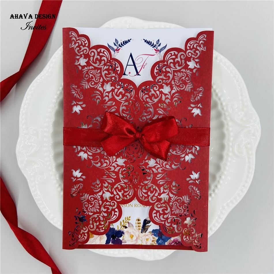 Precioso patrón de flores corte láser encaje rojo invitaciones de boda, tarjetas de invitación personalizadas con sobre