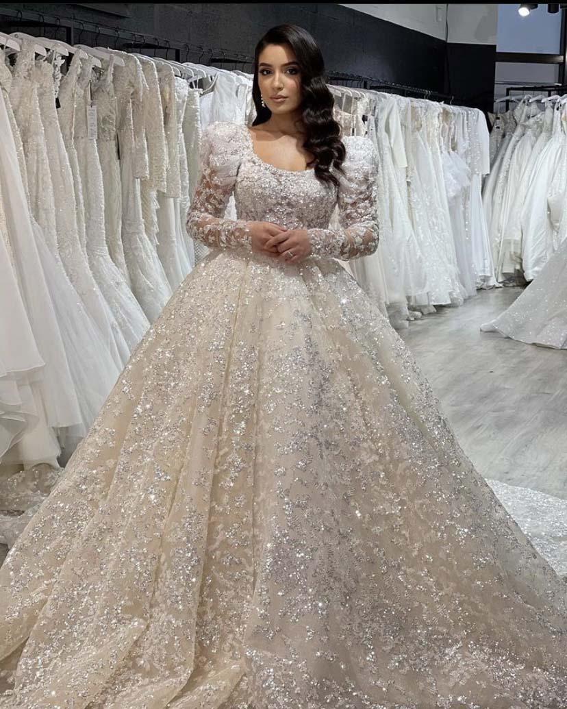 فساتين زفاف فاخرة لعام 2021 مرصعة بالخرز على شكل مربع ومزينة بالترتر المزخرف بأكمام طويلة ورداء الأميرة دي ماري
