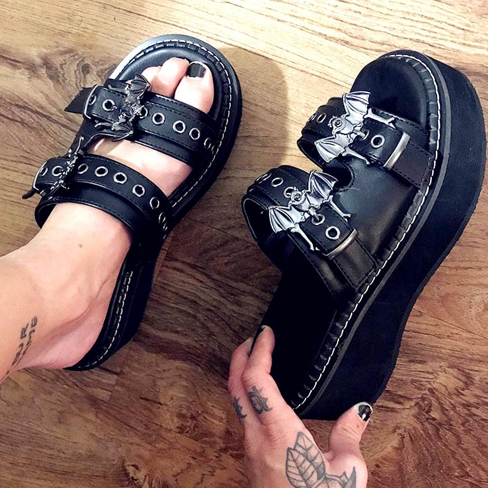 2021 العلامة التجارية الأسود القوطية مصاص دماء تأثيري مريح وحيد الكعوب الصيف موضة صنادل أرضية أحذية شبشب نسائي في الهواء الطلق