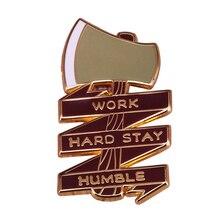 Travailler dur rester humble émail broche hache hachette broche bûcheron en plein air camping badge